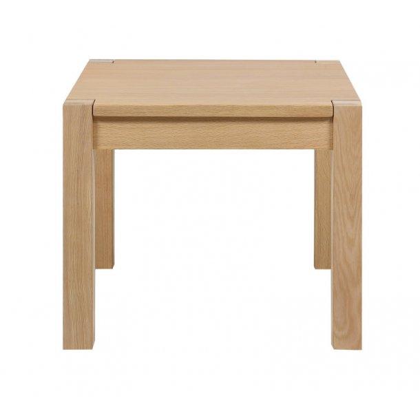 Sofabord Cole som hjørnebord i egefiner med hvidpigmenteret lak.
