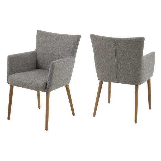Naia stol med armlæn i lys grå og med ben i eg oliebehandlet.