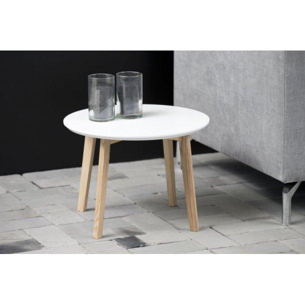 Mona hjørnebord Ø50 cm hvid træ bordplade og ben i massiv ask.