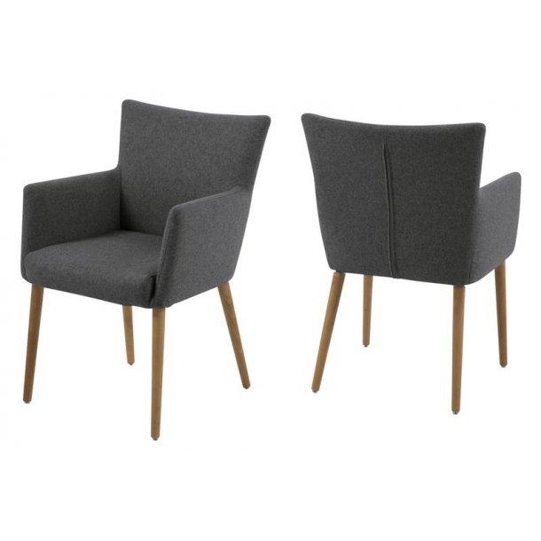 Naia stol med armlæn i mørk grå og med ben i eg oliebehandlet.