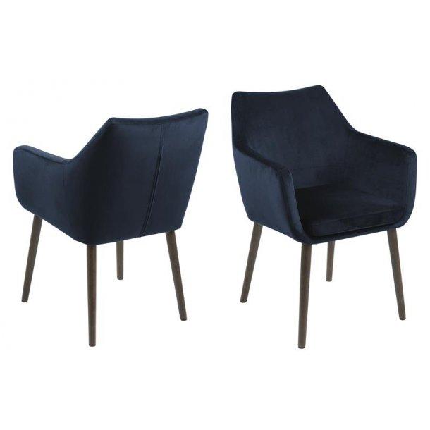 Noel spisestuestol med armlæn i mørk blå og ben i mørk brun massiv eg.