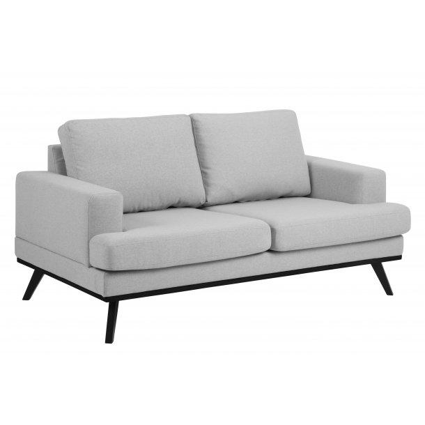 Nord sofa 2 personers lysegrå stof og mat sorte ben.