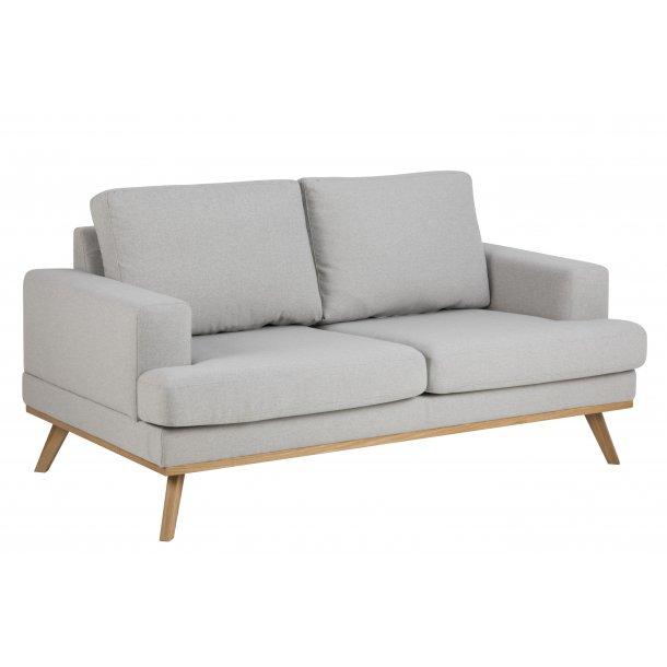 Nord sofa 2 personers i lysegrå stof og ask ben egebejdset.