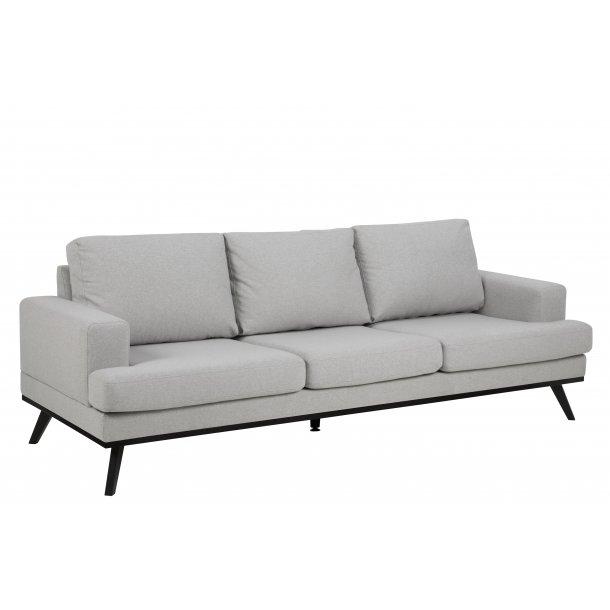 Nord sofa 3 personers i lysegrå stof og mat sorte ben.