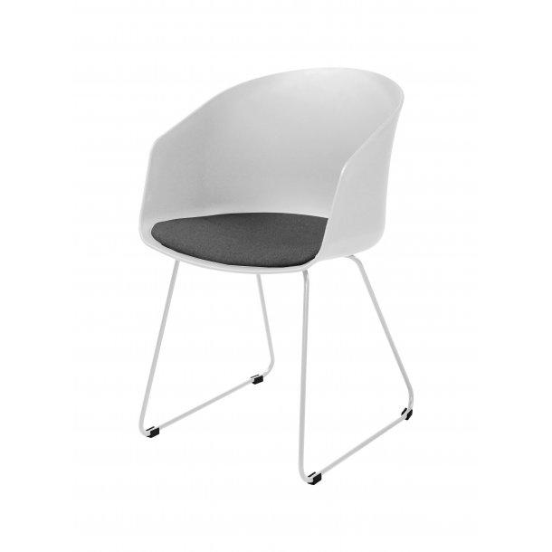 Bove spisestuestol i hvid med gråt stof sæde og hvidt pulverlakeret stål.