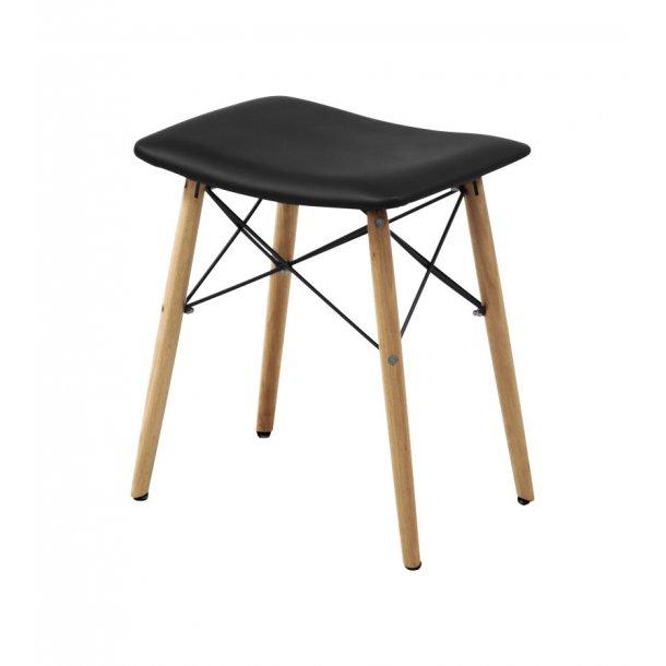 Sammo spisebordsstole med sort PU kunstlæder sæde og ben i bøgetræ.