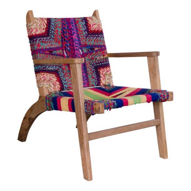 Sams lænestol med armlæn i multi farvet bomuld og mangotræ.