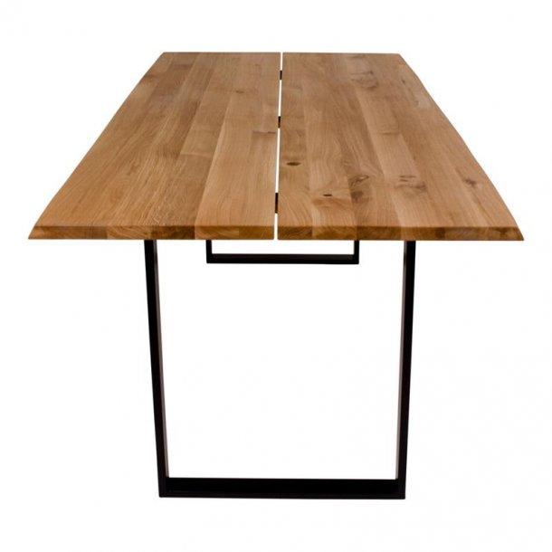 Channe spisebord, plankebord massivt egetræ med bølgede kanter og sorte ben. 95 x 200 cm.