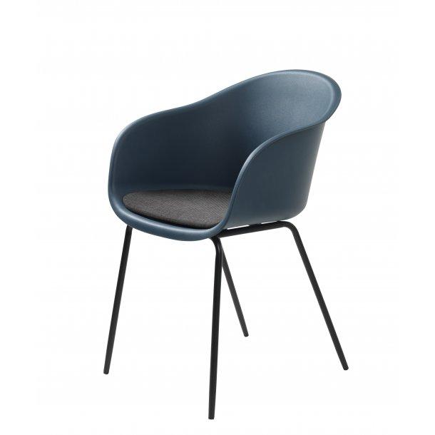 Tom spisestuestol med armlæn i blå grå og ben i sort metal.