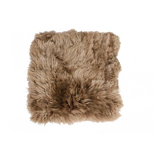 Mauris stolehynde firkantet i antikgrå lammeskind fra New Zealand.