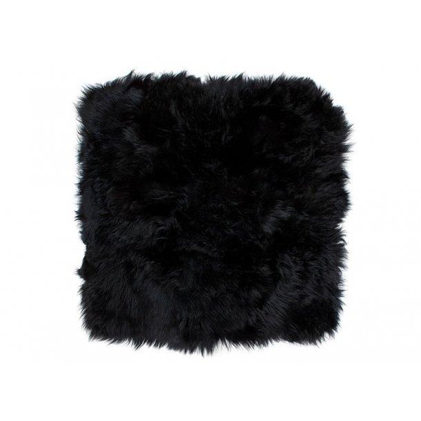 Mauris stolehynde firkantet i sort lammeskind fra New Zealand.