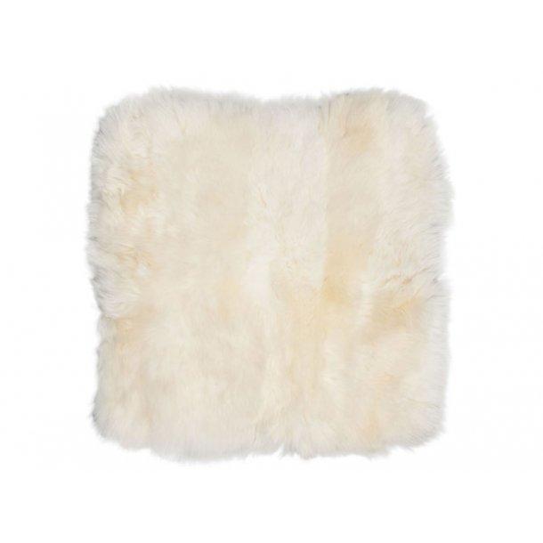 Mauris stolehynde firkantet i hvid lammeskind fra New Zealand.