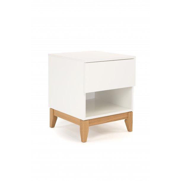 Blance natbord med 1 skuffe og 1 hylde hvid og massiv eg ben.