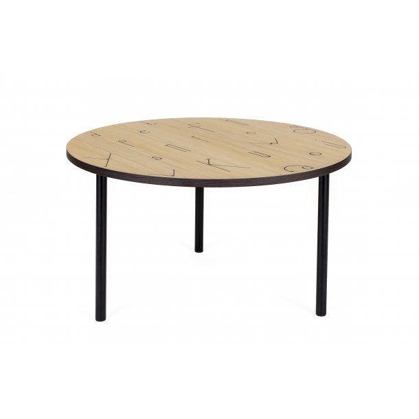 Arnie sofabord Ø 70 cm ege finer top med sort tegn print smoked egefiner kant og ben i stål sort.