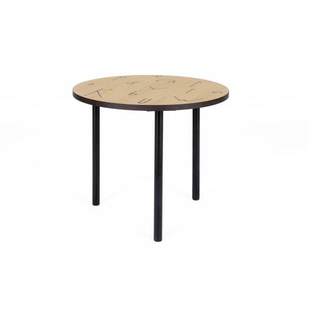 Arnie sofabord Ø 50 cm ege finer top med sort tegn print smoked egefiner kant og ben i stål sort.