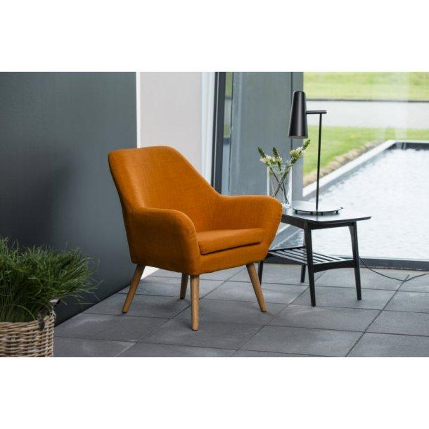 Ask lænestol i orange med ben i egetræ oliebehandlet.