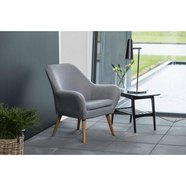 Ask lænestol i lys grå med ben i egetræ oliebehandlet.