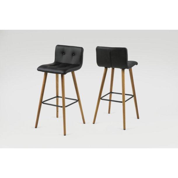 Frise barstol i sort PU kunstlæder og med ben i massiv eg oliebehandlet.