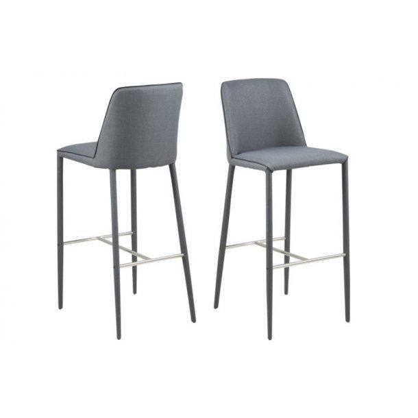 Alike barstol mørk grå stof og med sort PU kunstlæder piping. Ben i mørk grå og fodstøtte i chrome.