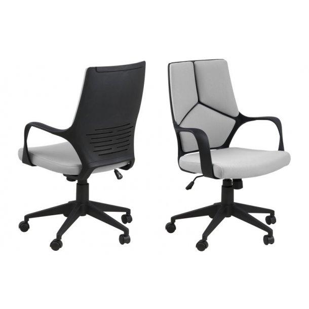 Dublin kontorstol med lav ryg i lysegrå stof med armlæn og tilt funktion.