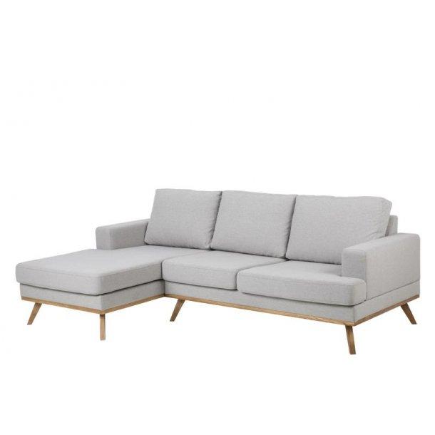 Nord 2 personers sofa med chaiselong venstre i stof lysegrå og ben i egebejdset, lak.