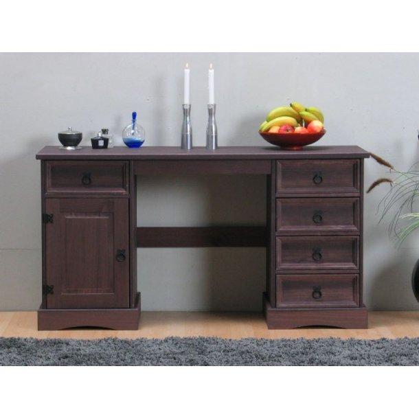 New Mexico skrivebord bredde 141 cm, højde 76 cm med 5 skuffer og 1 låge kolonial bejdse/voks.