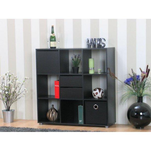 Divide reol/rumdeler bredde 104 cm, højde 107 cm med 2 skuffer, 1 låge og 1 tekstil kasse sort.